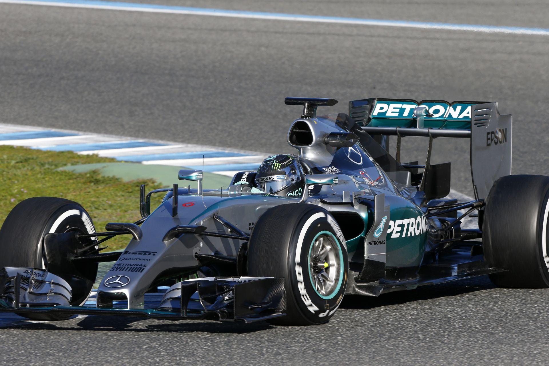 Így néz ki az új F1-es Mercedes menet közben, ha zöldre van festve
