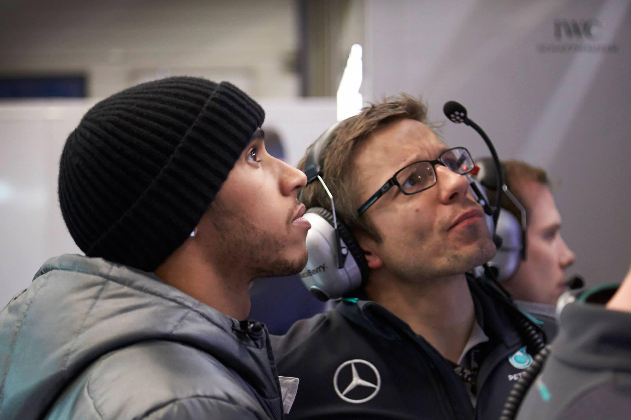 Hamilton megvédi magát, és szerinte gyorsabban is tanul, mint Rosberg