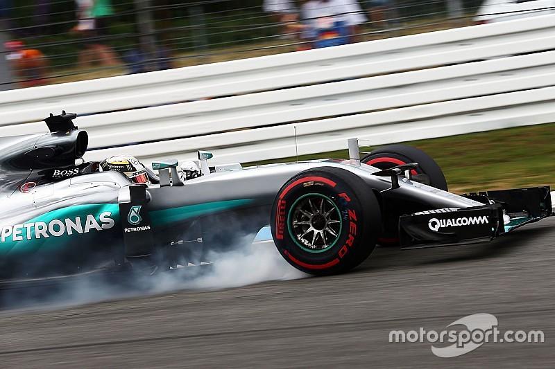 Hamilton ontsnapt aan gridstraf, boete voor Mercedes