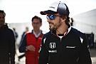 Alonso a sötétben teszteli reakcióidejét - nagyon menőőőő!