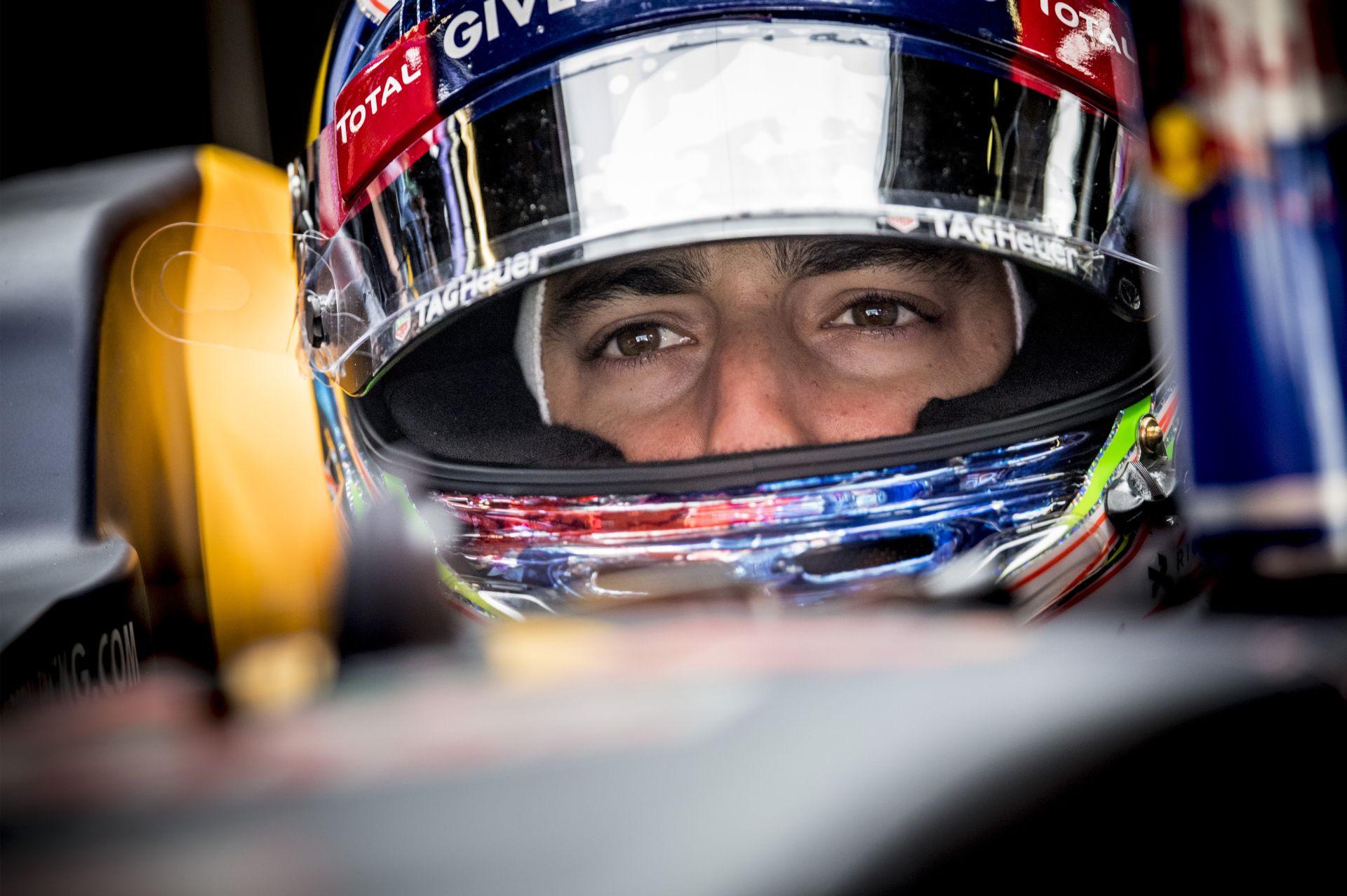 LOL: videón, ahogy Ricciardo kéz nélkül veszi fel a farmert