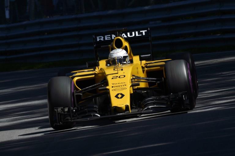 Piros zászló a harmadik edzésen, Magnussen megbontotta a Renault-t