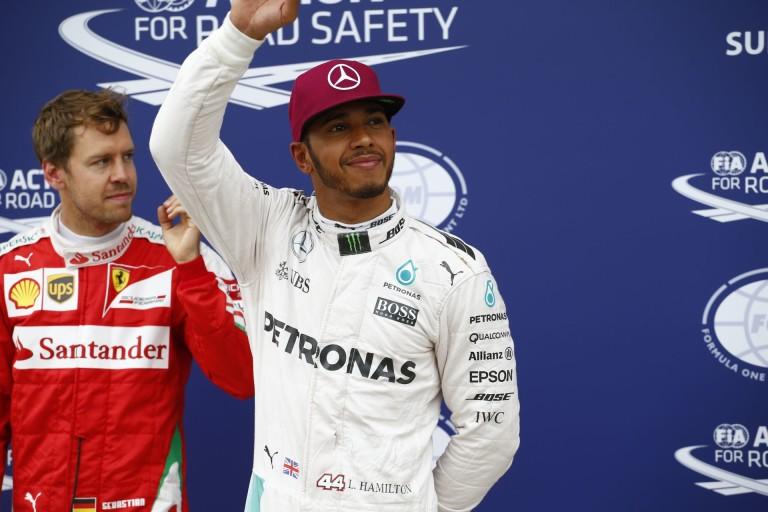 Hamilton beült a Mercedes ablakába!