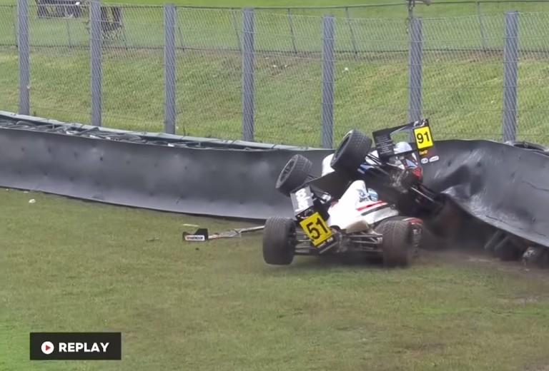 Egy durva baleset a Formula 4-ben: veszélyben volt a versenyző feje