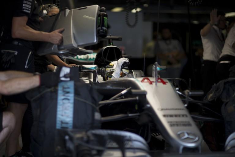 Brutális idővel és előnnyel nyerte a harmadik edzést Hamilton: Verstappen rajtbüntetést kap az újabb húzása miatt?