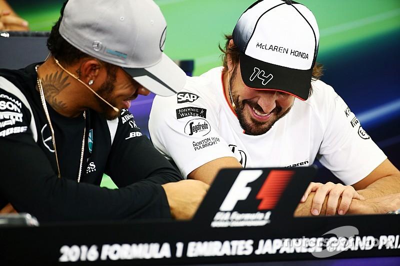 Hamilton se divierte con su snapchat durante la rueda de prensa