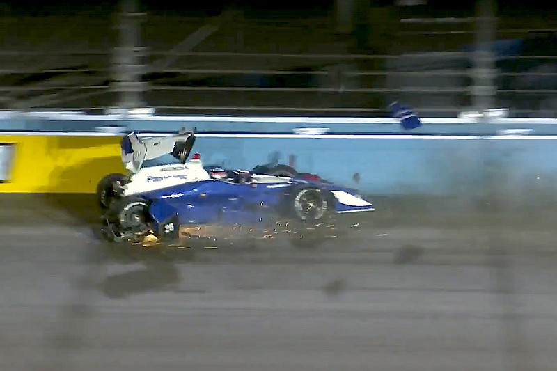 Hunter-Reay lidera accidentada práctica en Phoenix