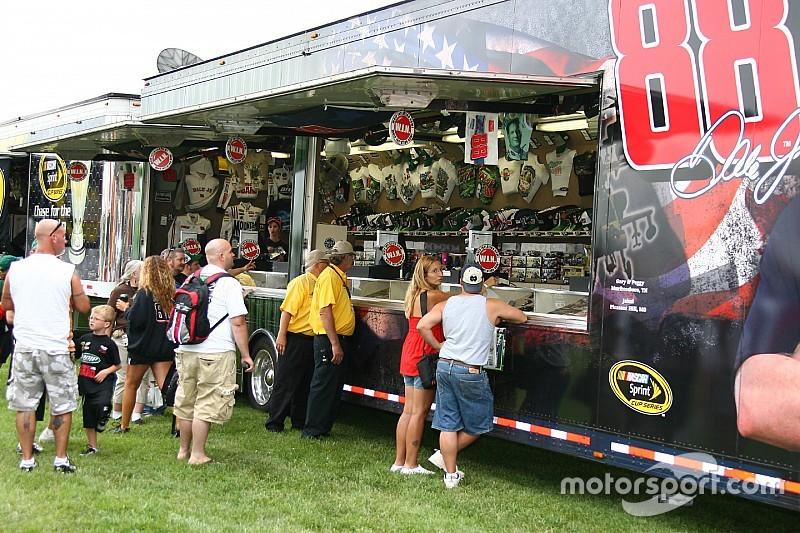 Los trailers que venden souvenirs volverían a NASCAR