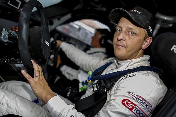 Hirvonen va tester une Supercar à Silverstone