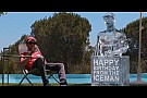 VÍDEO: Vettel recebe presente de aniversário de Raikkonen