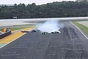 VÍDEO: Piloto de moto desiste de pit stop e acerta rival
