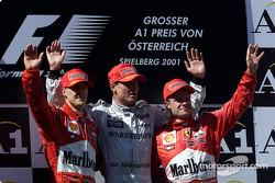 Il podio: Michael Schumacher, David Coulthard e uno scontento Rubens Barrichello
