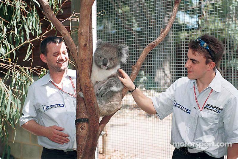 Un joven Fernando Alonso antes de su primer gran premio con un koala