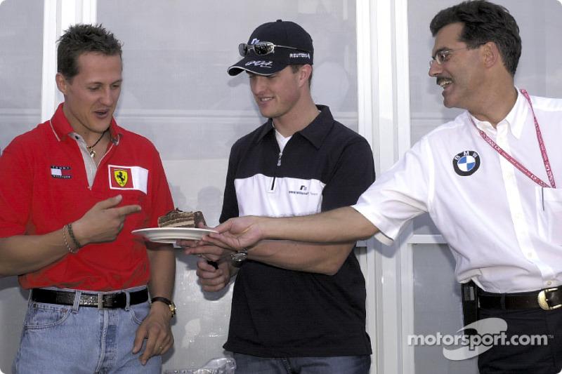 Michael Schumacher, Ralf Schumacher et Mario Theissen fêtent le 26e anniversaire de Ralf