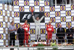 Le podium: Michael Schumacher, Mika Hakkinen et Rubens Barrichello