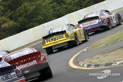 Jeremy Mayfield detrás del volante lidera al grupo a lo largo de la curva en The Glen