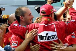 Michael Schumacher heureux avec son équipe Ferrari