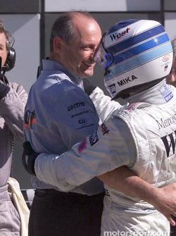 Mika Hakkinen felicitado por Ron Dennis