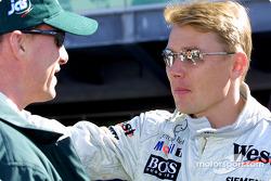 Eddie Irvine discutiendo con Mika Hakkinen