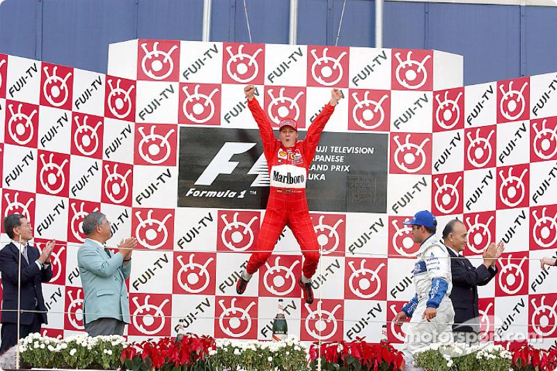 Michael Schumacher celebrando en el podio