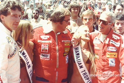 Hawaiian Tropic girls with Rolf Stommelen, Dick Barbour and Paul Newman