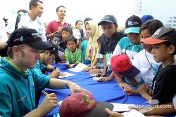 Nick Heidfeld et Felipe Massa signent des autographes
