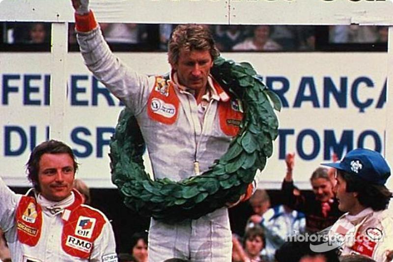 El ganador Jean-Pierre Jabouille con René Arnoux y Gilles Villeneuve