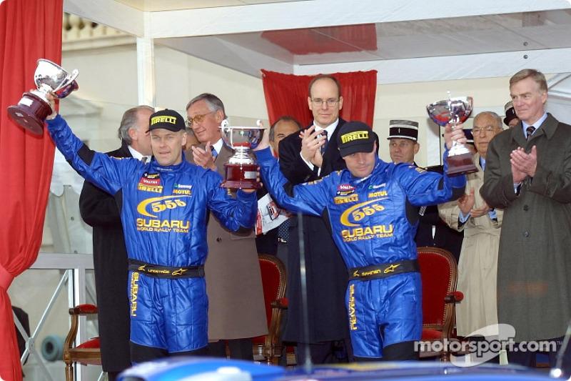 El podio: Tommi Makinen y el copiloto Kaj Lindstrom celebrando con el Príncipe Alberto y Max Mosley