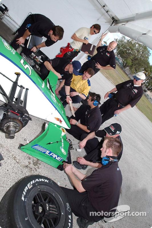 Adrian Fernandez et le team Fernandez travaillent sur la voiture