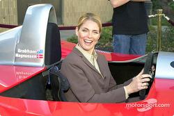 Kim Alexis pose ses mains derrière le volant