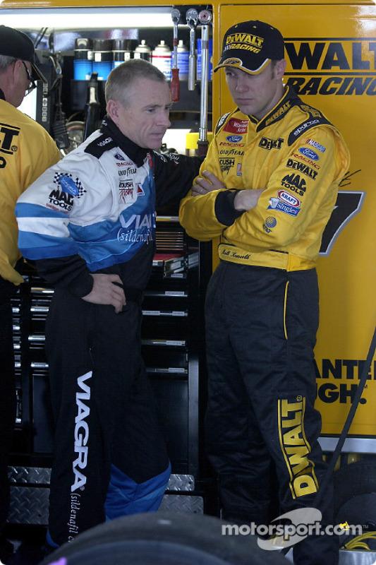 Mark Martin et son coéquipier Matt Kenseth discutent dans le garage