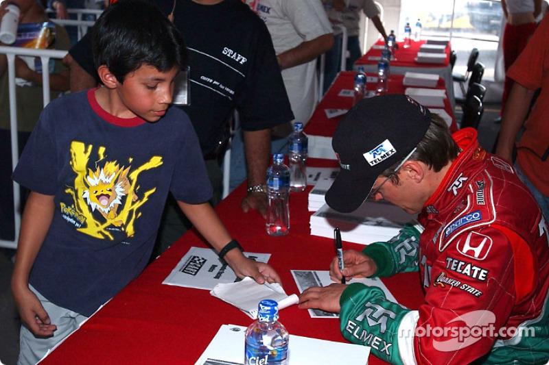 Adrian Fernandez signe des autographes