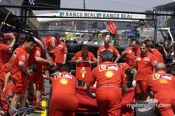 El Equipo Ferrari practicando las paradas en pits
