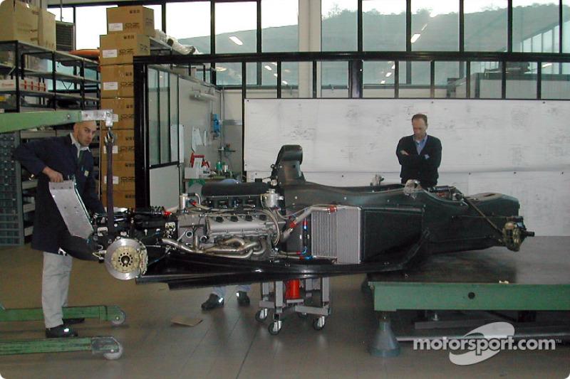 Les techniciens installent le moteur Q45