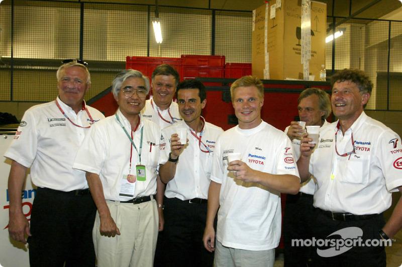 Mika Salo et l'équipe Toyota festifs