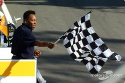 Pelé dando la bandera a cuadros