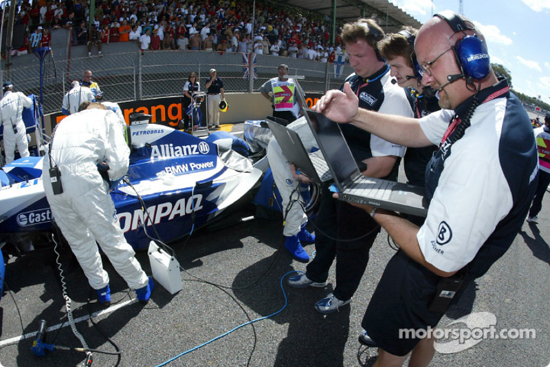 Ingenieros de Williams-BMW en la parrilla