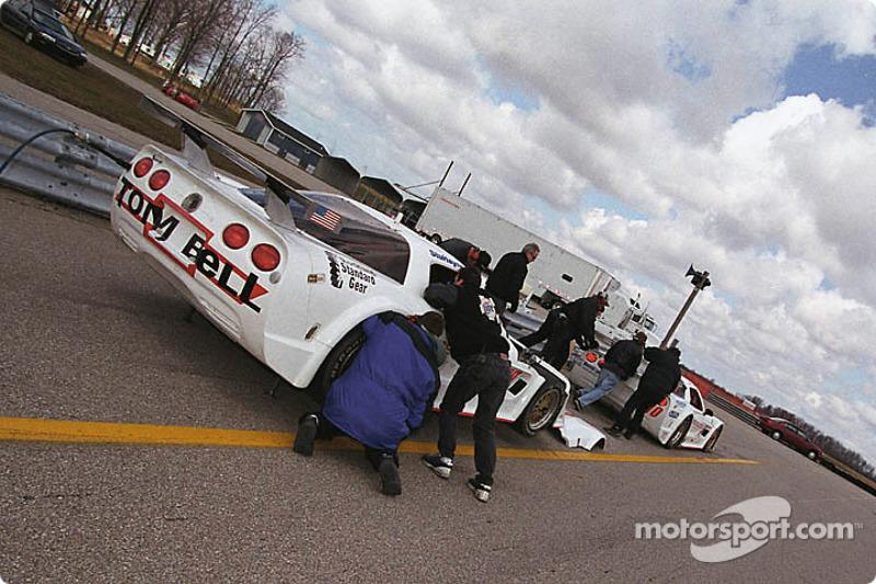 L'équipe travaille sur les Corvette de Don Sak et Stu Harner