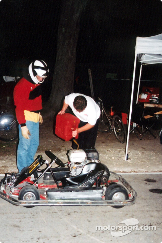 Fuel stop require the engine off and the driver out of the Kart