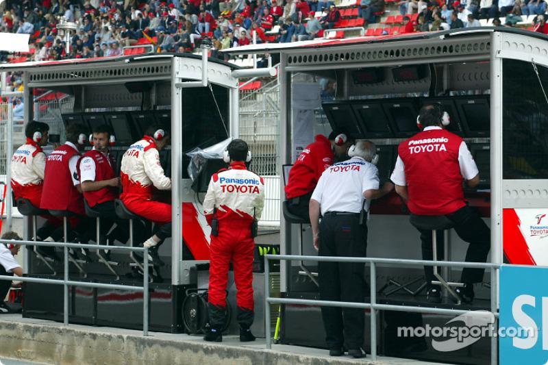 Muro de pits del Equipo Toyota antes de la carrera