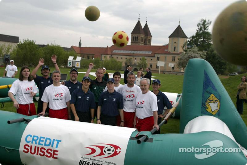 El Equipo Sauber se reune con futbolistas austriacos y suecos para un muy especial juego de futbol: Felipe Massa y Nick Heidfeld
