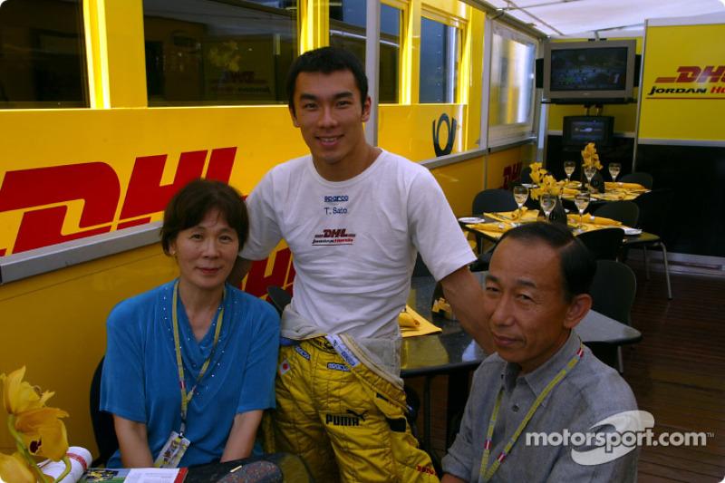 Takuma Sato y sus padres