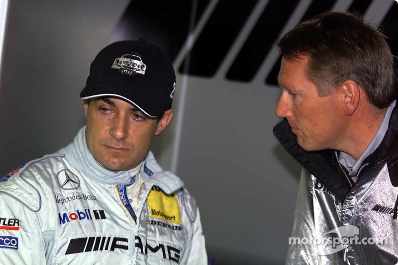 Jean Alesi y el gerente del equipo, Hans-Jürgen Matheis