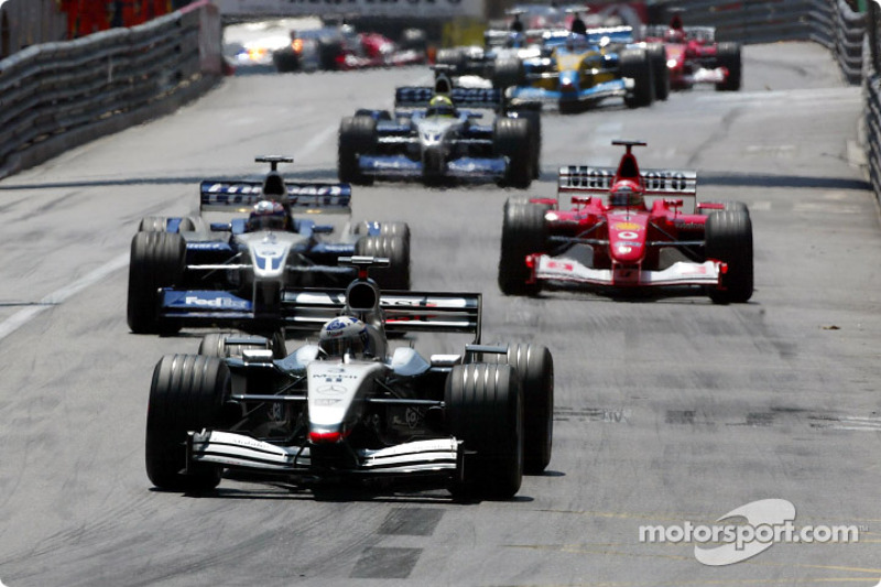 Primera vuelta: David Coulthard frente a Juan Pablo Montoya y Michael Schumacher