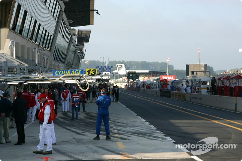 La zona de pits en Le Mans temprano por la mañana del domingo