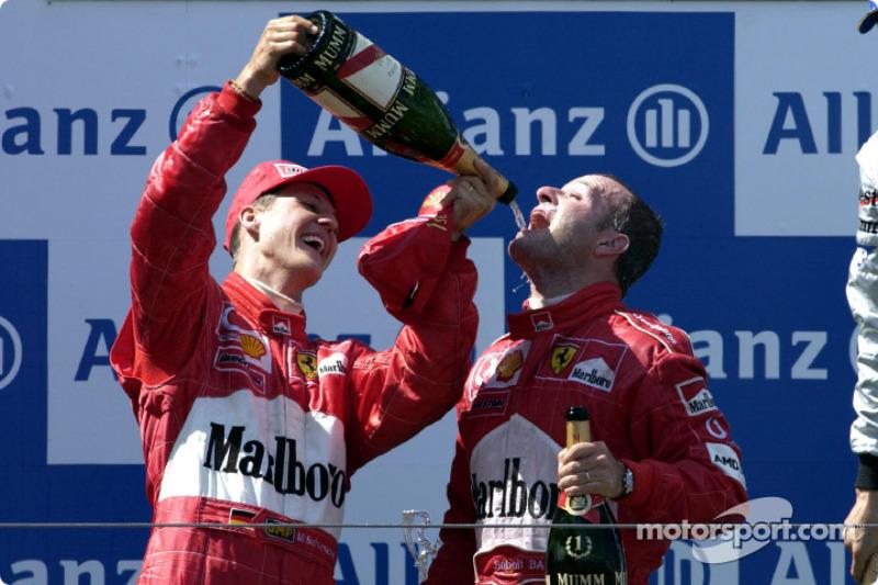 El ganador de la carrera, Rubens Barrichello en el podio