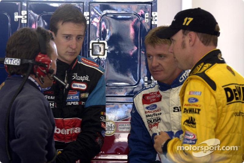 Frankie Stoddard habla con los pilotos de Roush Racing, Kurt Busch, Jeff Burton y Matt Kenseth