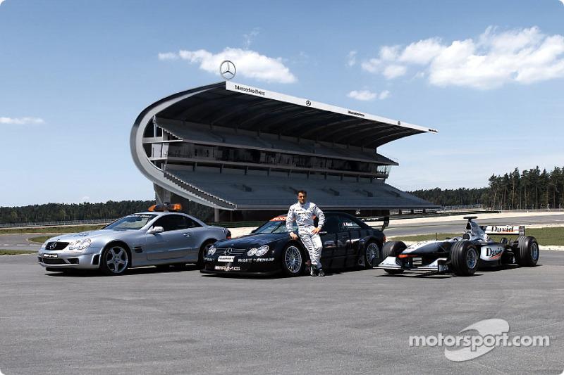 Jean Alesi con el F1 Safety Car Mercedes-Benz SL 55 AMG, su propio Mercedes-Benz CLK-DTM y el West McLaren Mercedes de David Coulthard en frrente de la nueva grada Mercedes en la parte rediseñada del circuito del Gran Premio de Hockenheim