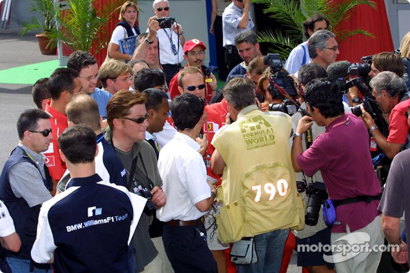 Rubens Barrichello dando entrevistas