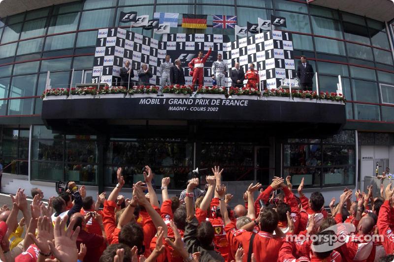 Подіум: переможець Міхаель Шумахер (Ferrari) разом із Кімі Райкконеном і Девідом Култхардом (обидва - McLaren Mercedes)